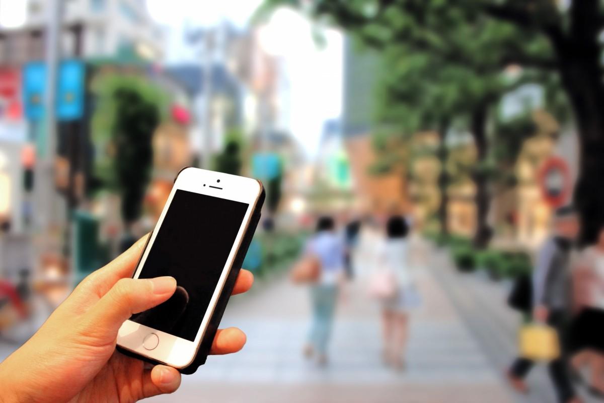 スマートフォンを片手に街を歩く様子